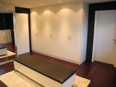 Tischlerei Bielefeld: Ankleidezimmer, Einbauschränke, Spiegelfronten, Bankelement auf Rollen, Lederpolster
