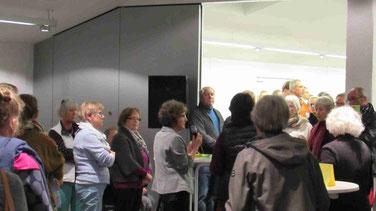 Zuhören ist angesagt. Gertrud Holzwarth-Mönninghoff im Gespräch mit Moderatorin Brunhilde Clauß. Rückmeldungen aus der Tischrunde des  Kultur-Cafes werden berichtet. (Foto: M.Vetter)