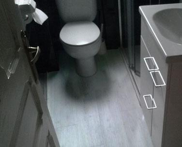 suelo vinílico colocado en cuarto de baño