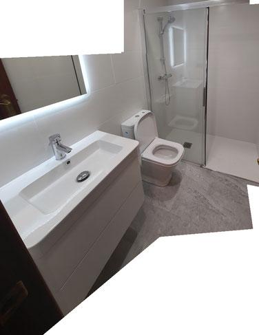reforma de baño con mueble de lavabo suspendido