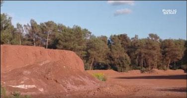 """le site de """"Mange Garri"""" sur la commune de Bouc Bel Air où les résidus s'accumulent à l'air libre, sans aucune protection... (image film """"Zone Rouge"""")"""