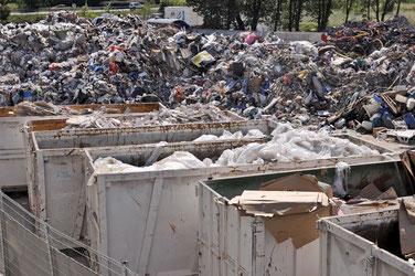 d'un côté, bennes et déchets