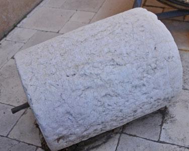 Un rouleau de pierre : tiré par un cheval, il séparait la paille des grains de blé sur les aires
