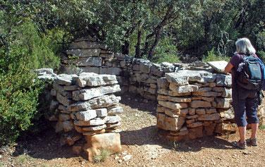 reste les fondations en pierres sèches