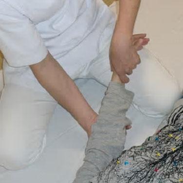 しんそう福井武生では、手足のバランスから身体の歪みを調整し、腰痛、頭痛、不妊、座骨神経痛なども改善します。