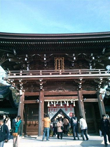 宮地嶽神社の楼門を参道側から撮影した写真