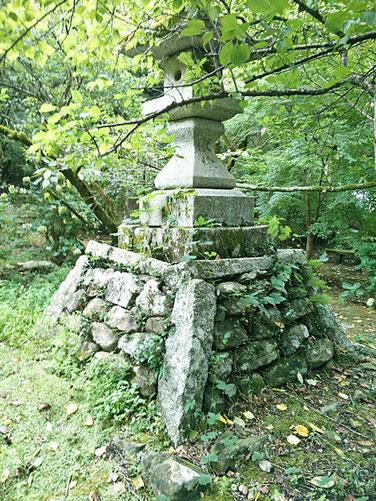 湊川社参道の石灯篭の写真