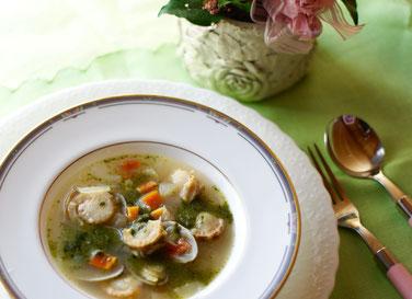 あさりとベビーホタテでシーフードスープを作りました。当社のバジルペーストを使えば簡単にジェノバ風に!