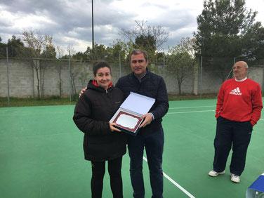 Miguel Angel Palazon vicepresidente de la Federación Aragonesa entregando la placa conmemorativa a la hija mayor de D.Andres Gracia Vidal