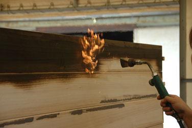 ガスバーナーで表面を焼く焼桐加工