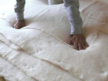 職人の綿入れ作業
