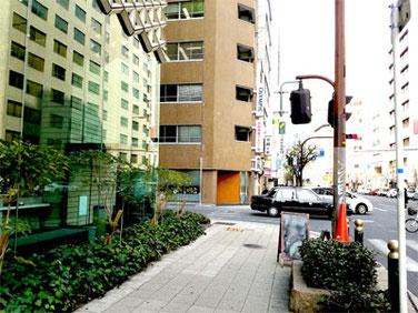 初めての信号を左折  手前ビルは、日本ピラー工業株式会社  向側に、柿右衛門のお店が見えます。