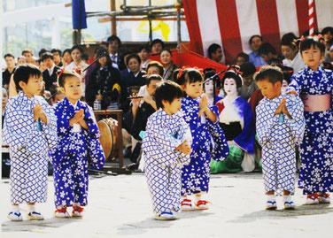 3歳から12歳までの子どもたちが、本踊の合間で観客をほのぼのと和ませます。