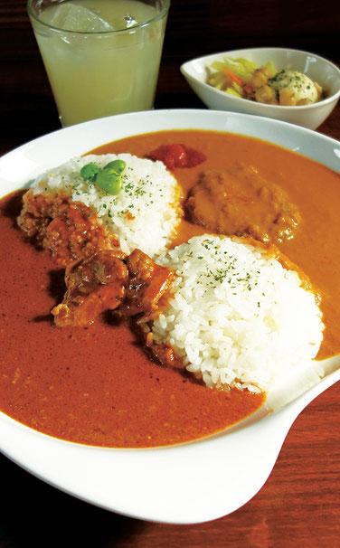 甘口カレーと辛口カレーが食べられるどっちもカレーは良く取材で撮影されます。