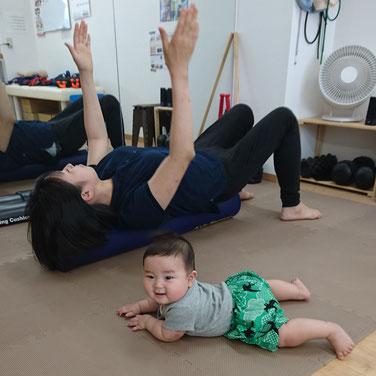 授乳姿勢などからくる首肩の痛みや、猫背などの姿勢不良はストレッチポールでしっかりケア!やり方をしっかりお伝えして自宅でできるようにして帰って頂きます!ハイハイやある程度動ける子は自由に院内を散策したり、ママの横にいたりなんて(笑)