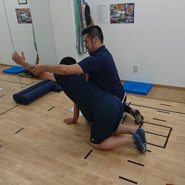 胸椎のインナーマッスルをつかっての進展や回旋運動を四つん這いアームレイズでトレーニング。5回でかなりしんどそうでしたね(^^;)