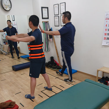 最後にお馴染み「リアライン・コア」で骨盤から胸郭の動きを整え・学習しながら全身の動きを調整。