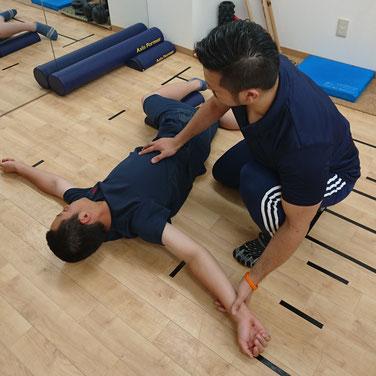 腕や肩で回旋させるのではなく、胸郭など胸から回旋させていくためのストレッチやエクササイズ。最初にチェックした際には手が床に全然つかない状態。左はもっと酷かったですね(^^;)