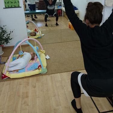 生後半年ぐらいのお子さんを連れて、骨盤矯正と自分で体を整えるトレーニングを行っている方の様子です♪産後よくある腰痛や肩の痛みに効果的なストレッチやエクササイズをしっかりお伝えして、自分で管理できるようになって頂くのが当院の施術方針です。