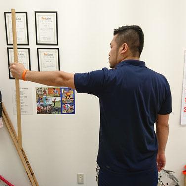 肩(肩甲骨)が上に上がっている状態。実際にこの状態で壁を押すと肩の筋肉が必要以上に働き、体全体が安定しなくなります。