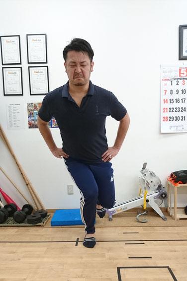 典型的なダメな例。しゃがんでいくと膝が内側に入ってしまう状態。股関節・膝・足首を結んだ線が「く」の字になってしまっています。こんな状態で生活していれば下半身は全体的に歪んでいきます。皆さんもチェックしてみては?