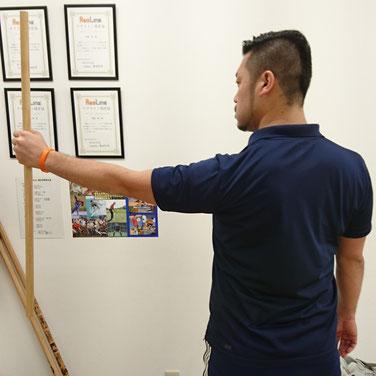 先程と違い、肩甲骨が下がって安定している状態。このまま壁を押すと特に無駄な力が働くことなく、体も安定した状態がとりやすくなる。