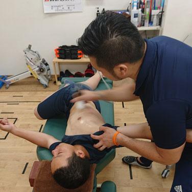 メディセルを中心に胸郭から大胸筋部の浅筋膜を吸引してリリース。これだけでは足らないので、そこは手技。これだけでも可動域はかなり変化します。