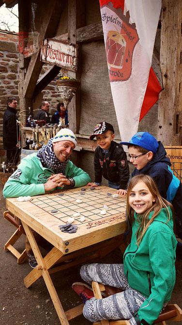 Spieltische vom Spielmannshof auf dem Osterspektakel der Leuchtenburg