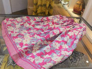 カラフルで柔らかな印象のリサイクルサリーのスカート