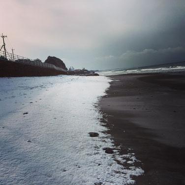 これは昨日!ビーチにも雪。