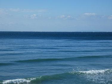 沖から濃い青色が迫ってきた!風が吹いてきそう・・