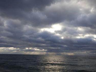 そして夕方はまた厚い雲に包まれました。 夕日は拝めず・・