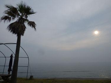 夕方も視界悪し(T_T) 水平線がかすかにしか見えません・・