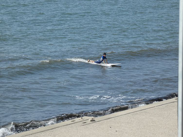 少し崩れる所を狙ってまずは腹ばいで波のスピードを感じてもらいます。
