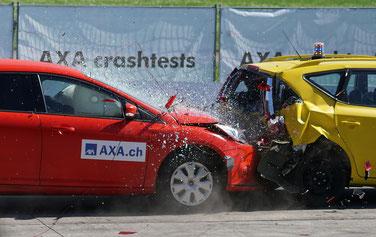 Verformung von zwei Autos beim Unfall