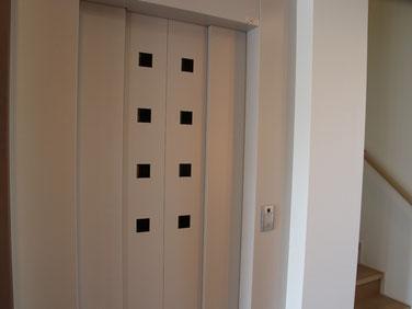 ↑玄関の先にはエレベーターも完備