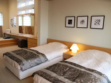 夫婦の寝室。奥にも小上がりになった畳スペースがあり、寛げます