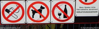 Zarahzetas Irrenalltag mit Verbotsschilder auf dem Kinderspielplatz
