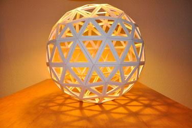 """Geosphärenkugel im Licht. Ein Symbol dafür, dass """"Geschenke aus Worten"""" Potenzial entfalten und verbinden können"""