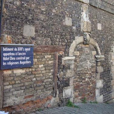 A Dieppe, on retrouve encore les traces de l'Hôtel-Dieu du XVIIè sc, construit par les Augustines de la Miséricorde.