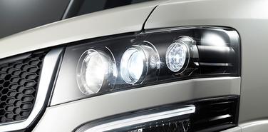 黒の効いた一段と上品で力強いヘッドライトが特徴