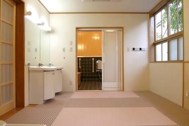 介護施設 お風呂の脱衣室 畳敷き 事例