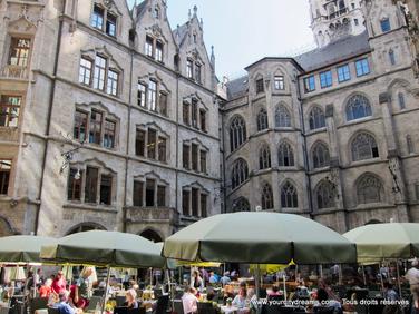 Symbôle de Munich: La cour intérieure du nouvel hôtel de ville néo gothique, avec son restaurant typiquement bavarois