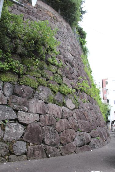 400年以上前、江戸町の町建ての頃に築かれた石垣。この上に長崎奉行所西役所が置かれ、出島に睨みをきかせていました。