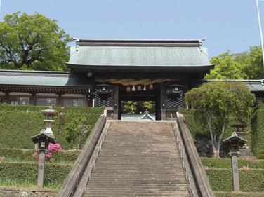 拝殿に通じる長坂(階段)。このすぐ下で長崎くんちの奉納踊が行われ、長坂も多くの観客で埋め尽くされます。