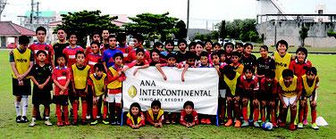 実践指導する後藤選手とFC琉球の子供たち(左)、なでしこジャパンと参加した子どもたち=4日午後、真栄里公園