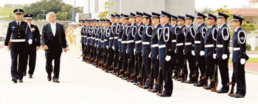 航空自衛官らが中谷防衛相を出迎えた=9日午後、航空自衛隊那覇基地