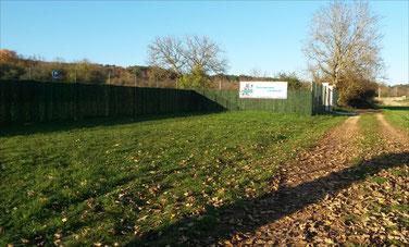Photo de l'entrée du terrain à Selongey pour Dog'N'Co Educateur canin, Conseil comportemental, Médiation animale à Dijon et alentours