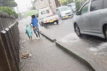 台風時の下田街道にて。