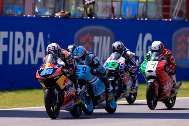 Fotofinish in der Moto3 in Mugello. Miguel Oliveira siegt vor Danny Kent und Romano Fenati